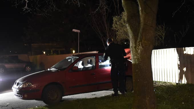 Polisen undersöker en kraschad bil som ska ha samband med rånet. Foto: Anders Grönlund