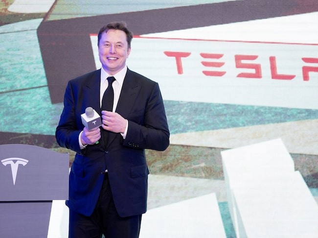 Elon Musk inviger bilfabriken i Shanghai som bland annat kommer bygga Model Y.