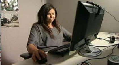 """LOCKBETET """"Stephanie, 13,"""" hann knappt komma ut på nätet innan hon kontaktades av pedofiler som sökte sexkontakter med unga tjejer på webben. En man till och med onanerade inför sin webbkamera. Han fick sig en rejäl chock när Robert Aschberg helt plötsligt dök upp på hans datorskärm. Foto: """"INSIDER""""/TV3"""