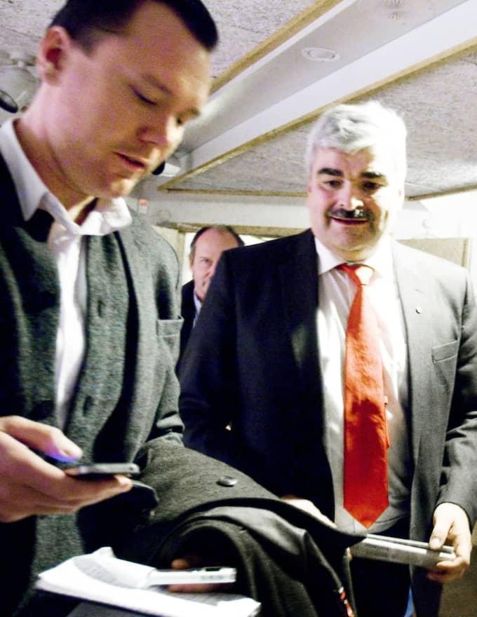 """Inget jag kommenterar."" Håkan Juholt konfronteras med sms:et av Expressens reporter Carl V Andersson. Foto: Copyright Annakarin Drugge"