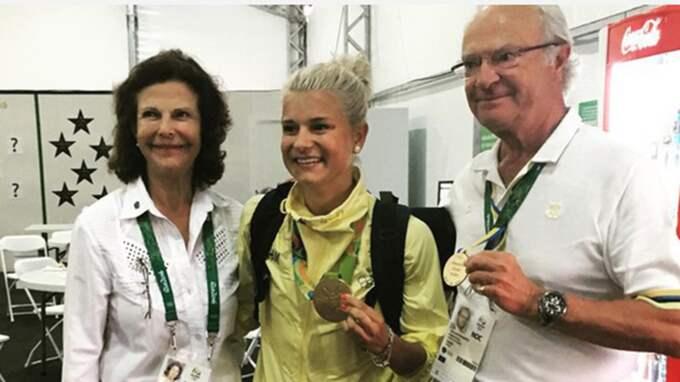 Efteråt förvirrades de svenska fansen av bilden där även kungen poserar med en medalj Foto: Skärmdump / KUNGAHUSET
