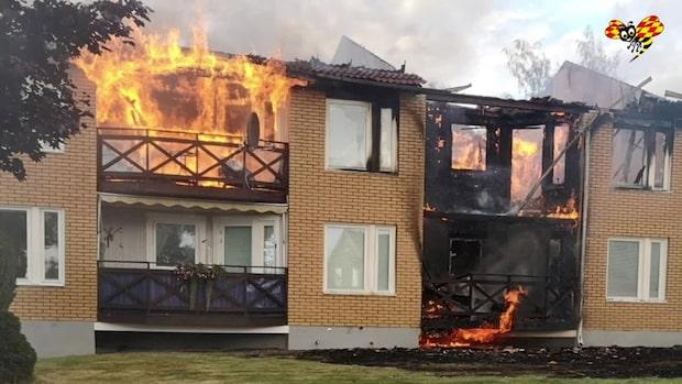Fullt utvecklad brand i flerfamiljshus