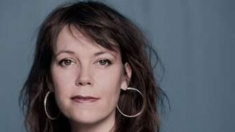 """Elisabeth Hjorth är författare och verksam som forskare och lärare i litterär gestaltning på Konstfack. Hon debuterade med diktsamlingen """"Kärnfamiljen"""" 2008. Foto: Magnus Liam Karlsson."""