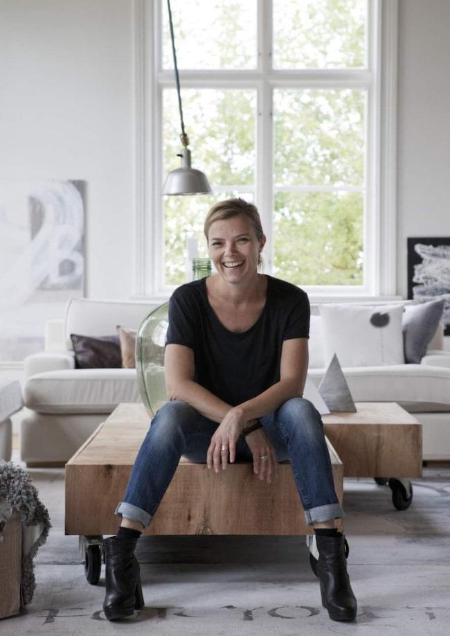 """För Ylva är det viktigt att hemmet känns personligt och har en själ. """"Jag gillar att blanda material, möbler och färger"""", säger hon."""