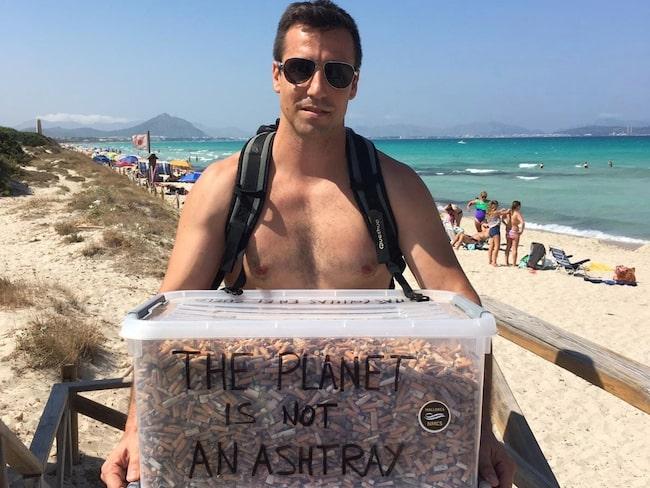 På bara några timmar lyckades han samla ihop 2 000 cigarettfimpar på stranden Cala Agulla.