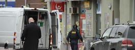 JUST NU: Bombgrupp  går in i lägenheten