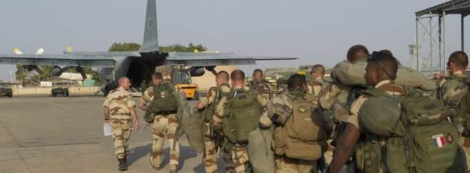 Franska soldater på flygplatsen i Tchads huvudstad N'Djamena. Foto: Reuters