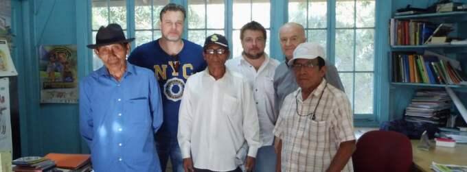 Mötet med hövdingarna. Dennis Åsberg och Peter Lindberg, bakre raden, träffade representanter för stammen Kuna Yala i januari. Planen är att inleda dykningarna senare i år. Foto: Ocean X Team