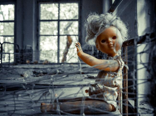 Till och med dockorna på barnsjukhuset övergavs.