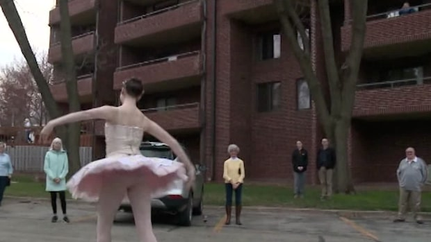 Här dansar Lily utanför sina morföräldrars balkong