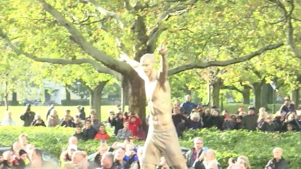 Historiska ögonblicket - här avtäcks Zlatans staty