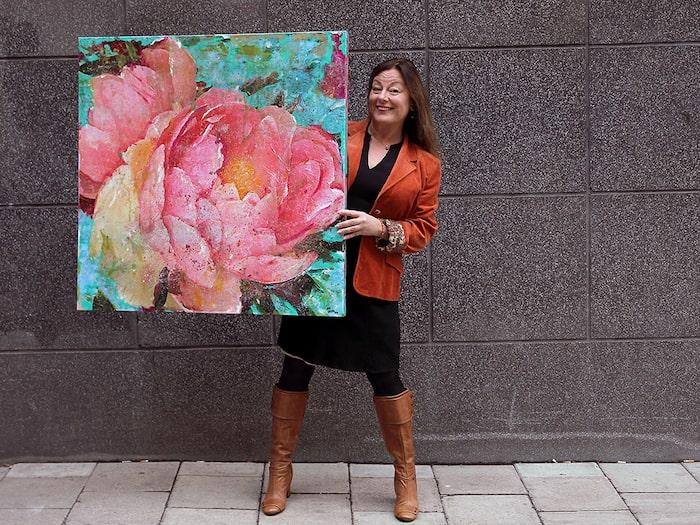 """Maria Larkmans tavla """"Fru Pion"""" är ett originalverk i ljuvliga, varma rosa vårtoner."""