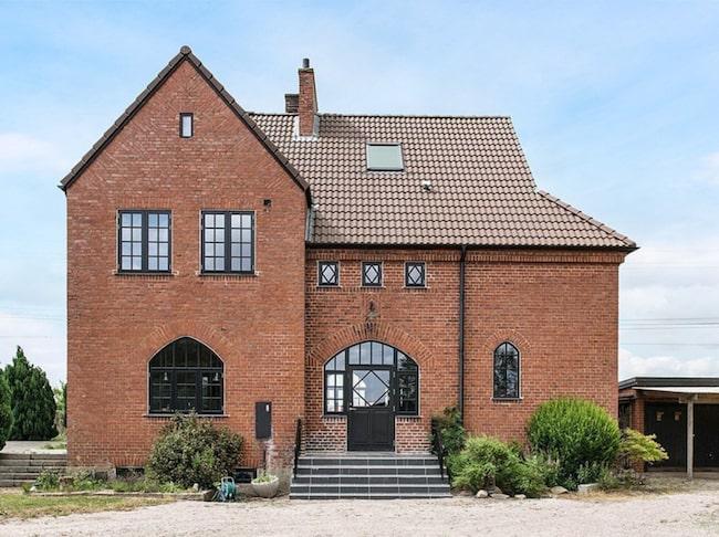 Är du på jakt efter ett annorlunda boende? Då kan det här gamla stationshuset i Norrvidinge vara något för dig.