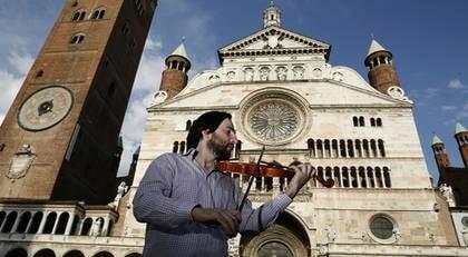 Fiolmarknad. Här i Cremona finns över hundra fiolmarknader. Priserna på en fiol ligger mellan 10 000 - 70 000 kronor.