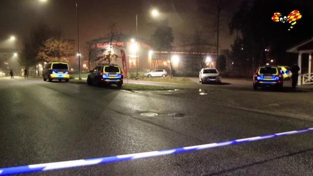 Två personer hittade skjutna i bil – en död
