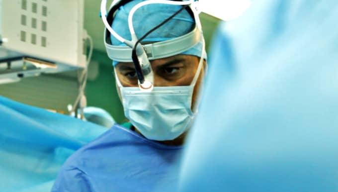 Omtvistad. Karolinskakirurgen Paolo Macchiarinis teknik att operera in luftstrupar av plast beskrevs som ett banbrytande medicinskt framsteg som skulle rädda tusentals liv. I stället har flera patienter dött och skandalerna avlöst varandra. Foto: CONAN FITZPATRICK/SVT