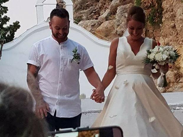 Kyrkan ställer in alla bröllop – efter nygifta parets osmakliga bild