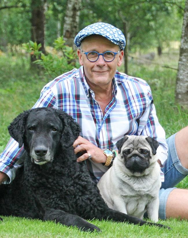 """""""Det är bra att aktivera hunden, både för kroppen och för hjärnan"""", säger Hans Rosenberg, på Svenska Kennelklubben, här tillsammans med Ecko och Ryssen."""