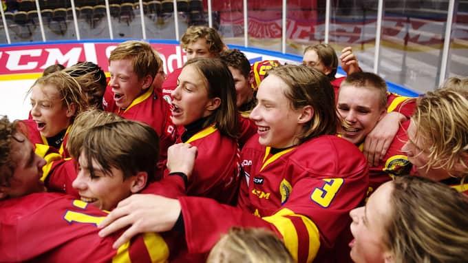 Skåne firar segern i TV-Pucken. Foto: MATHIAS BERGELD / BILDBYRÅN