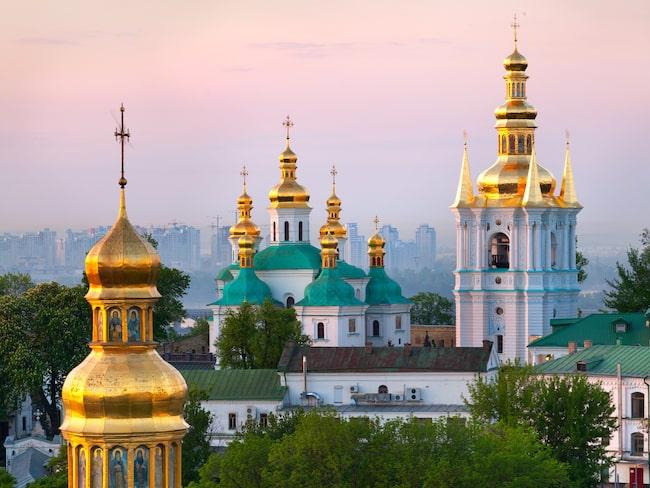 Petjerskaklostret i Kiev grundades år 1015 och består av ett antal monument, katedraler och Lavras stora klocktorn med förgylld kupol.