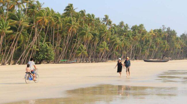 Stranden är så gott som tom. I Ngapali lever turisterna mitt i vardagslivet.