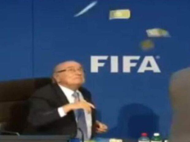 Här kastar mannen pengar – på Blatter