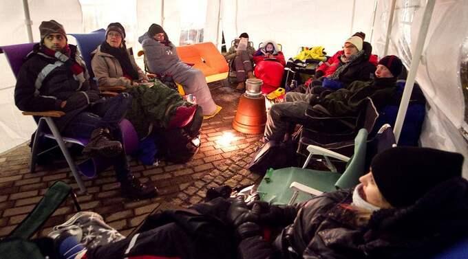 VARM GEMENSKAP? Nja, snarare kall sådan när det här gänget bereder sig på en natt i kylan för att få första tjing på en etta i centrum. Foto: Lennart Rehnman