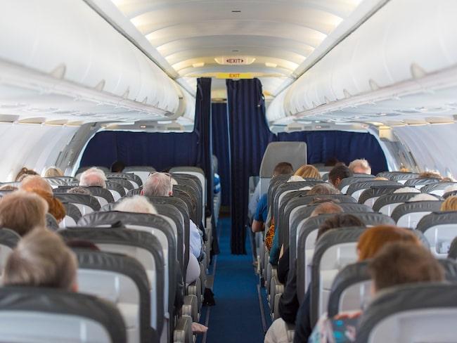 Att sitta och trängas på ett flygplan är inte alls bra för miljön.