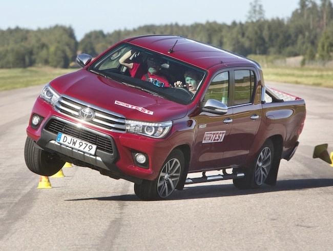 Redan vid 60 kilometer i timmen går Toyotan upp på två hjul och är nära att välta.