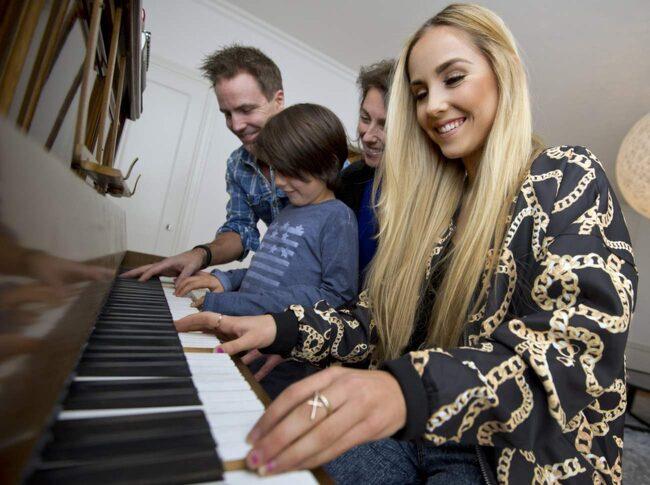 Pappa Mattias, mamma Marie och lillebror Elliot med Isa Tengblad vid pianot. Familjens hus andas musik.