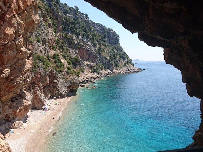 Stranden Pasjača, väl gömd bland klipporna i den lilla orten Popovići på Dubrovniks Riviera.