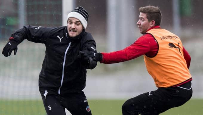 Johan Mårtensson och Darijan Bojanic med bollkänsla i minusgraderna, januari 2016. Foto: Petter Arvidson
