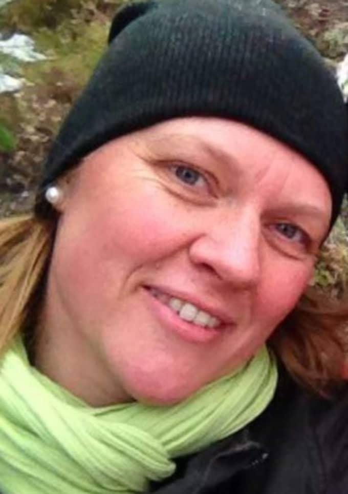 Susanna Svensson, 40, blev vittne till den svåra olyckan i pulkabacken i januari förra året, när hennes dotter Alice, 11, var nära att förolyckas. Nu uppmanar hon andra föräldrar att se till så att barn använder hjälm även i pulkabacken. Foto: Privat