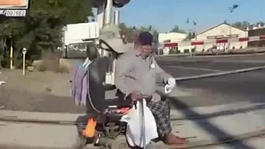 Han fastnar med rullstolen på rälsen – sekunder från att krossas