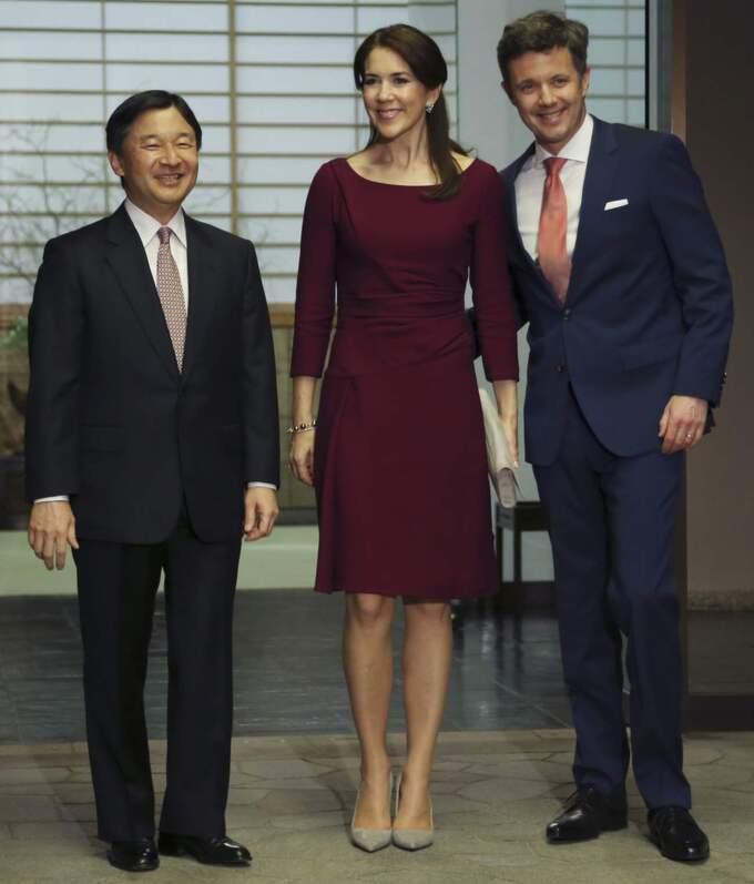 Kronprinsparet anländer till Togu-palatset i Tokyo och syns här med prins Naruhito. Mary valde ännu en knälång klänning med trekvartsärm - denna gång i vinrött. Mary matchade den med klackar från Gianvito Rossi och kuvertväska från Hugo Boss. Foto: Koji Sasahara