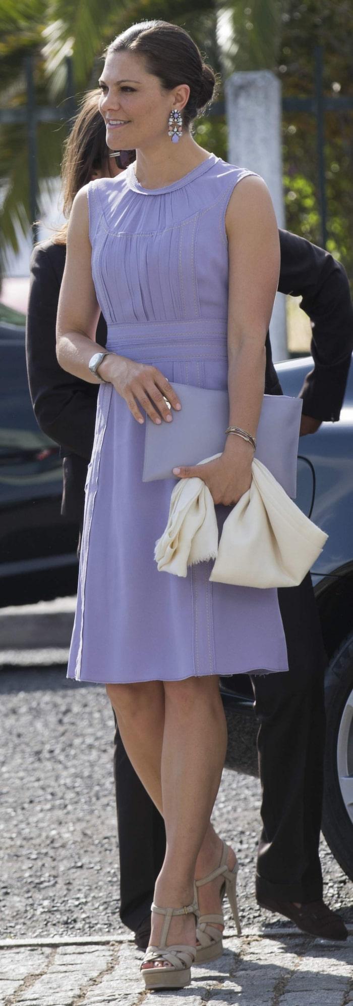 """<a _mce_href=""""http://www.expressen.se/mode/kronprinsessan-victoria---stilguide/"""" href=""""http://www.expressen.se/mode/kronprinsessan-victoria---stilguide/"""">Kronprinsessan Victoria </a>i Portugal iklädd lavendelfärgad knäkort klänning och matchande kuvertväska och örhängen."""