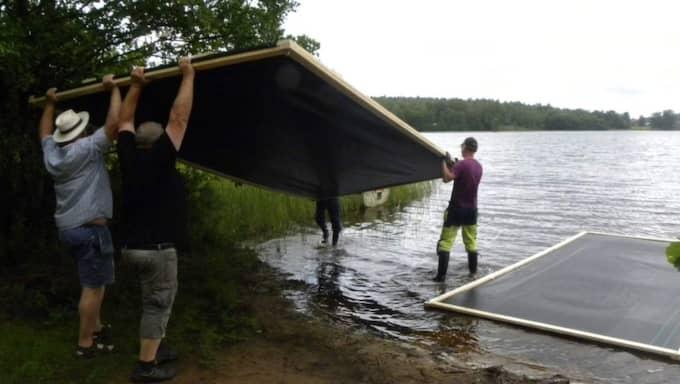 Stora dukar läggs i sjön som ska täcka sjögull Foto: Privat