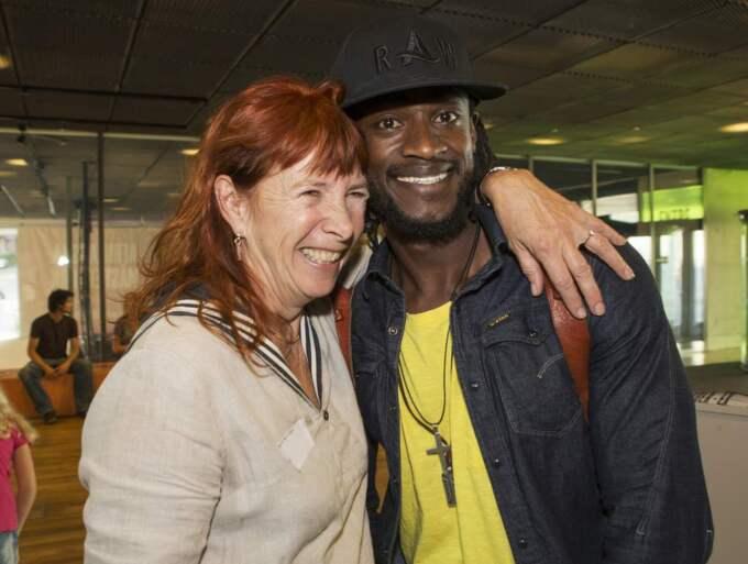 KRAM. GT:s kulturredaktör Ingrid Norrman med Bob Jean Bosco från Rwanda. Foto: Jan Wiriden