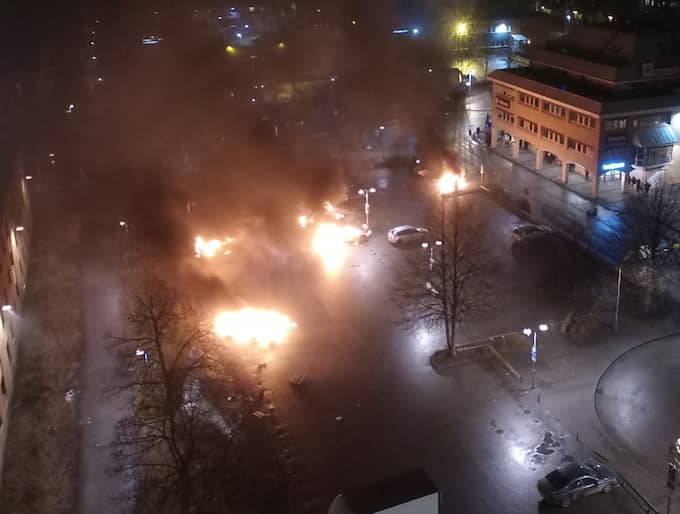 Polis avlossade varningsskott mot personer som kastade sten i Rinkeby under måndagskvällen. Foto: JANNE ÅKESSON