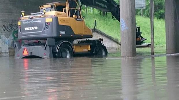 Översvämning – par fick lämna sin bil genom takluckan