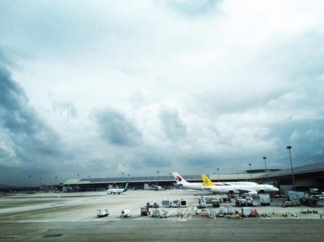 Flygplatsen i Kuala Lumpur (KLIA) gick ut med en efterlysning på ägaren till de tre jätteplanen.