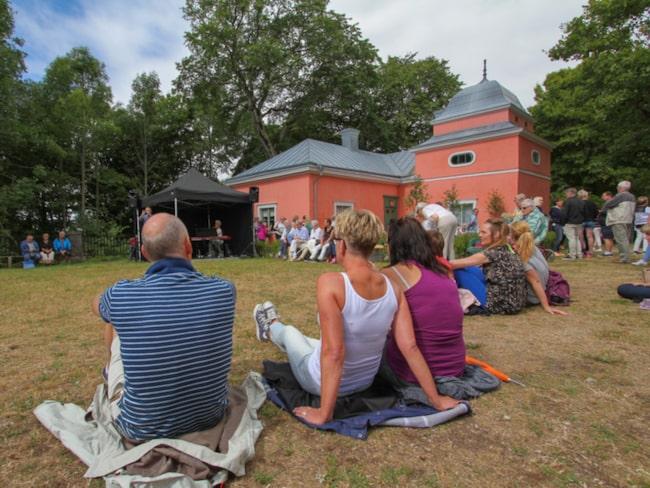 Månda av besökarna njöt av musik och fika i gräset.
