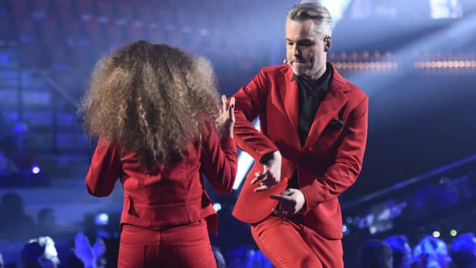 Henrik Schyffert är gästprogramledare bredvid Gina Dirawi under Melodifestivalen i Norrköping. Foto: Sven Lindwall