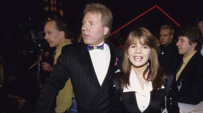 Kapellmästare Anders Berglund med Carola Häggqvist under Melodifestivalen 1992.