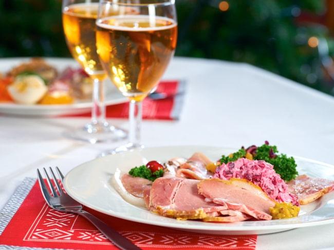 De svenska rätterna känner vi igen: julskinka, inlagd sill, janssons frestelse, lutfisk, köttbullar… De finska, som morots- och kålrotslåda, blir ett spännande tillägg.