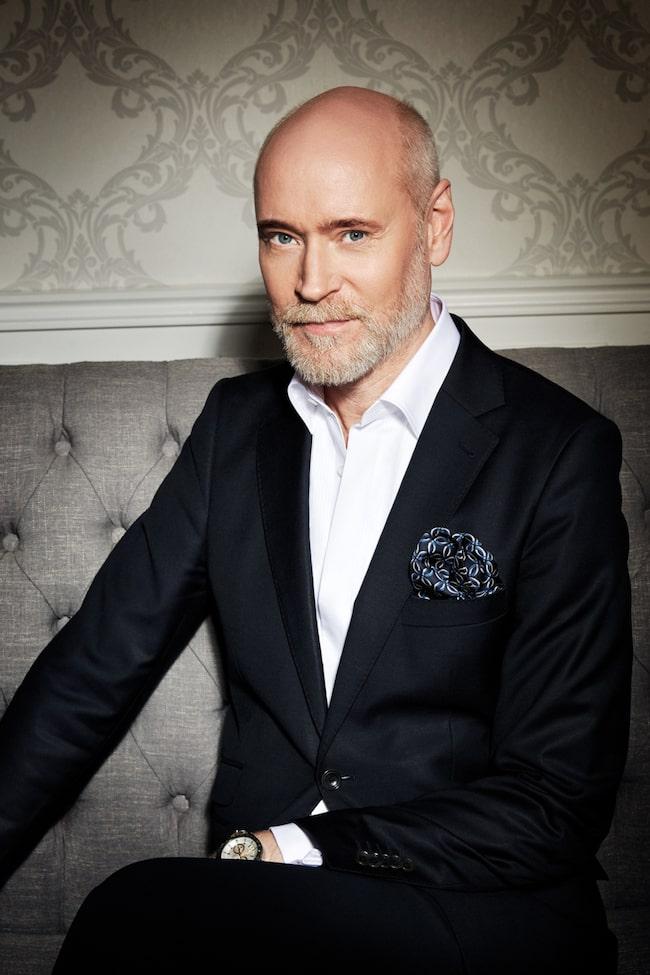 Lars Wallin har hållit på länge och är idag Sveriges ledande couturedesigner. Nu har han även designat porslin, vinglas, champagneglas med mera.