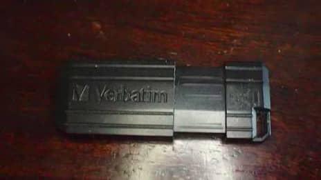 Åklagaren misstänker att det finns mer bevis I det här krypterade USB-minnet. 38-åringen hade det i sin hand när han greps men har inte velat uppge lösenordet. Foto: Polisen