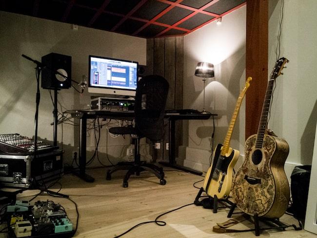 Studion är alldeles ny och ordentligt påkostad. Det här är favoritrummet.