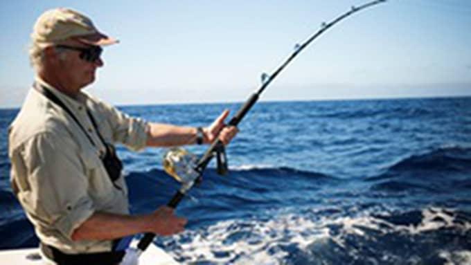 Kungen lever livet på semestern bland annat med valsafari, men han har även fångat spjutfisk. Foto: Hotels.com