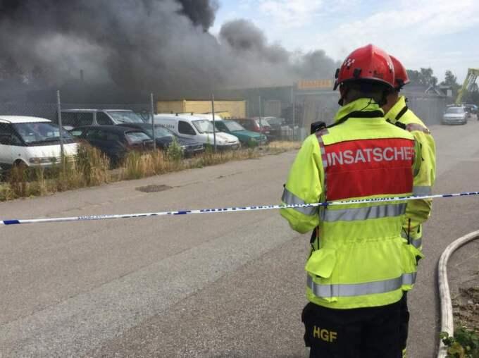 Strax efter 12 utbröt en kraftig brand i mc-klubben Bandidos lokaler i Malmö. Rökutvecklingen är just nu enorm och inifrån byggnaden hörs kraftiga smällar från gasflaskor som exploderar. Foto: Mikael Nilsson